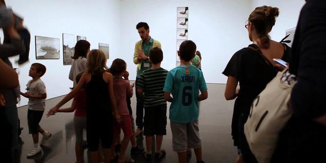 Grupo de niños en la exposición de fotografía del MACBA