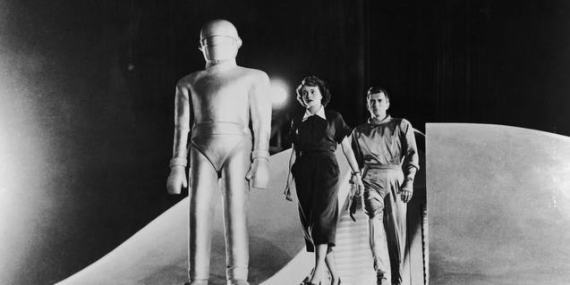 Una mujer humana un extraterrestre y un robot en una escena emblemática del film de Robert Wise que inspira esta edición del festival