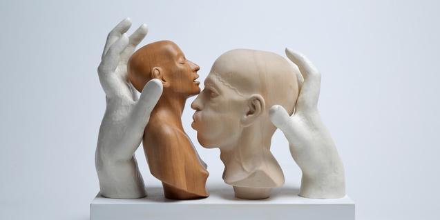 Una de les escultures de l'exposició mostra dues figures encarades i situades entre dues mans