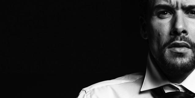 L'actor i cantant Roger Berruezo, ajustant-se una corbata