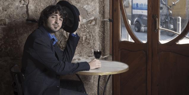 Un retrato del cantautor en un bar modernista de Barcelona