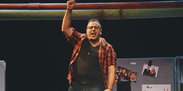 L'actor Roger Pera aixecant el braç en senyal d'alegria en un moment de la representació