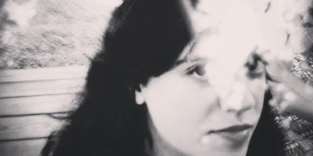 Retrato en blanco y negro de primer plano de la artista Mònica Senin