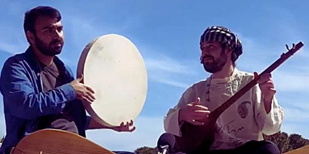 Retrat dels dos artistes mentre toquen amb els seus instruments músiques de la Ruta de la Seda