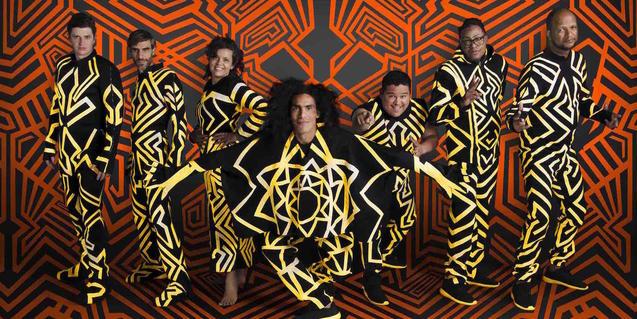 Los miembros de Systema Solar actúan con un vestuario de colores vivos