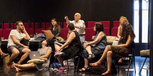 Un grup d'estudiants escolta un autor que imparteix un seminari