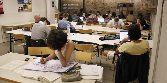 Persones estudiant en una biblioteca de Barcelona