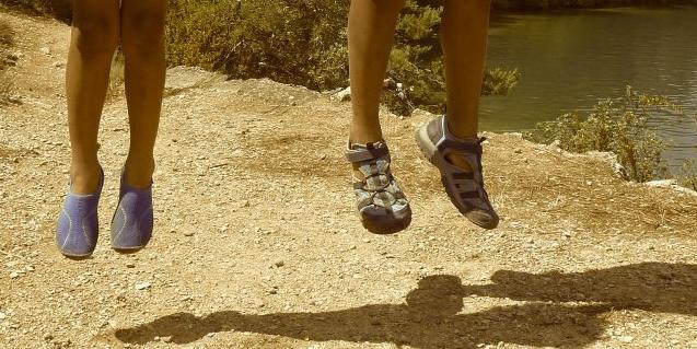 Fotografía de piernas de niños saltando