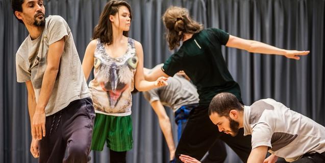 Els ballarins i ballarines de la companyia retratats mentre interpreten la coreografia