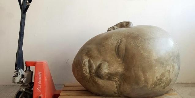 Una de las grandes cabezas de Samuel Salcedo depositada sobre un palé de madera