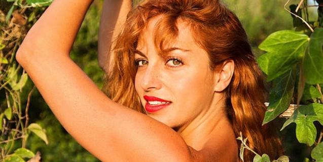 La cantant retratada entre una vegetació abundant