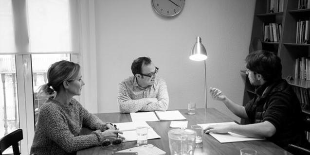 El director i els intèrprets de 'Sàpiens' en el decurs d'una sessió preparatòria de l'obra