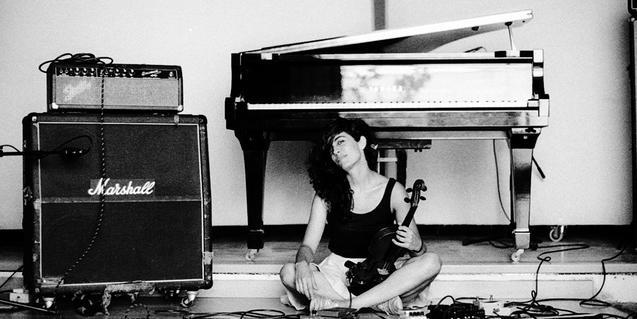 Un retrato en blanco y negro de la violinista gallega