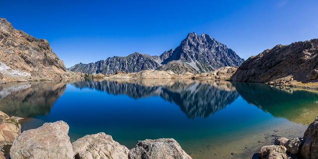 Imagen de un estanque de alta montaña