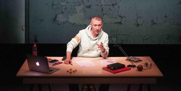 Sergio Blanco assegut davant d'una taula amb un ordinador en un moment d'aquesta conferència autoficcional
