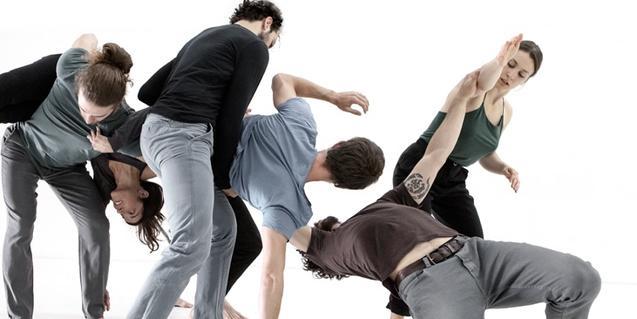Un grup de ballarins de la companyia durant la representació
