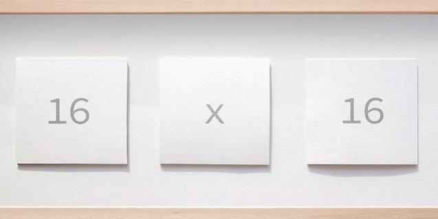 """Una de les obres de l'exposició, on es pot llegir la llegenda """"Setze per setze"""""""