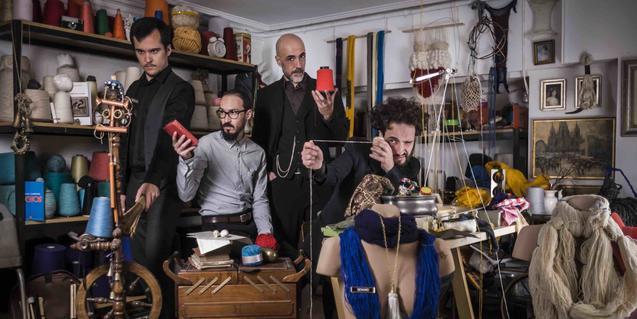 Els integrants de la formació barcelonina, en una habitació plena d'objectes de tota mena