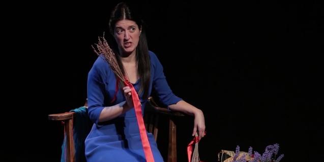 Retrat de l'actriu Verónica Isola amb un ram de farigola a les mans