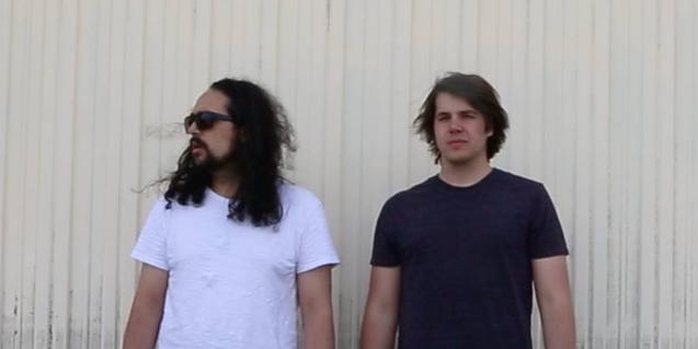Retrato de los dos integrantes del dúo de DJs ante una pared blanca