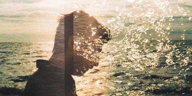 Retrato del artista argentino superpuesto a unas imágenes del océano