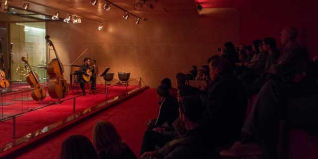 El format íntim de l'actuació permet un diàleg espontani amb el públic que visita el Museu