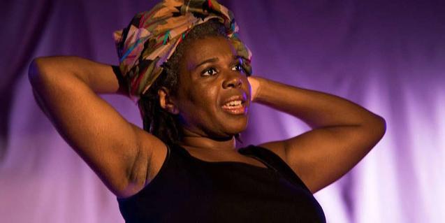 La actriz durante la actuación con un pañuelo en la cabeza