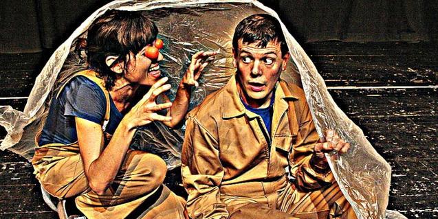Fotografía de los dos actores en el escenario actuando durante la obra