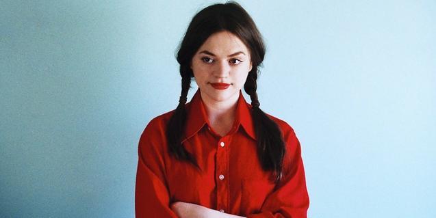 Retrato de la cantante escocesa que es una de las invitadas al festival vestida de rojo y con el cabello recogido en dos coletas