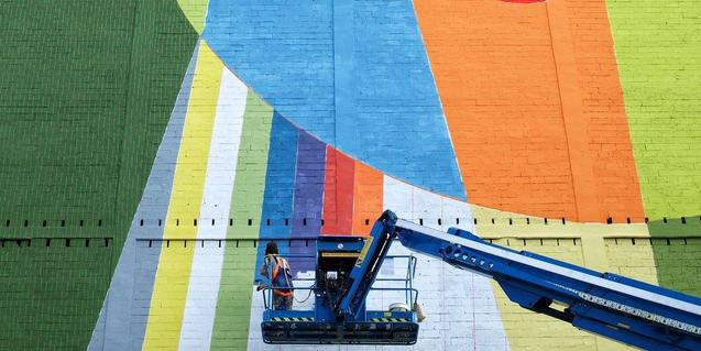 El artista barcelonés, pintando el mayor mural de la ciudad