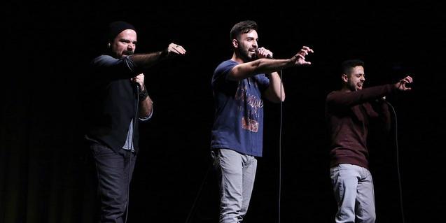 Tres slammers participan conjuntamente en un campeonato de poesía urbana