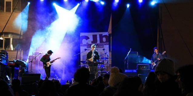 La banda Snooze, actuant en un concurs de talents emergents