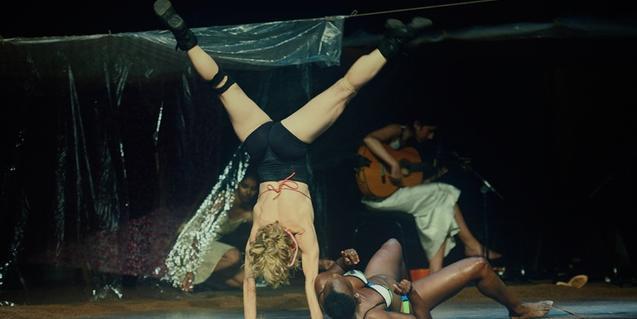 Sol Pico cabeza abajo junto con otra bailarina y una guitarrista en plena representación