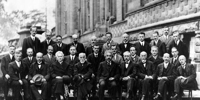 Imatge del Congrés Solvay de 1927, amb Marie Curie com a única científica
