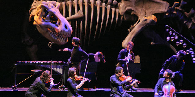 Músics i titelles conviuen en escena.