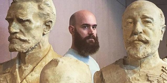 El performer Pere Jou envoltat de les escultures modernistes de Miquel Blay