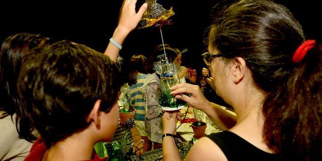 Imatge d'un taller de creació de plantes sonores amb materials reciclats