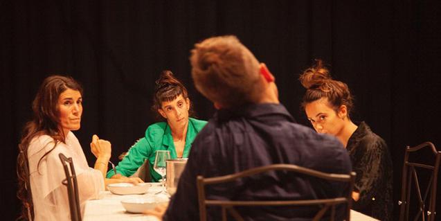 Els actors i actrius protagonistes asseguts al voltant d'una taula de Nadal
