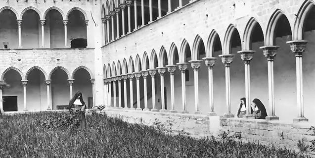 Fotografía en blanco y negro del claustro del Monasterio de Pedralbes a inicios del siglo XX