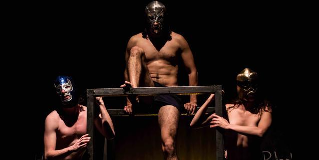 Dos actors i una actriu sense camises i amb unes màscares posades en un moment de la representació