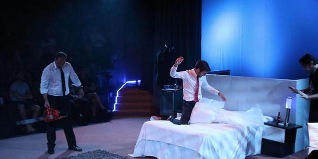 A scene from 'Sota la catifa'