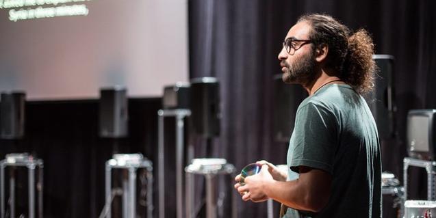 El protagonista de l'espectacle, en una sala buida, davant d'una pantalla de projeccions