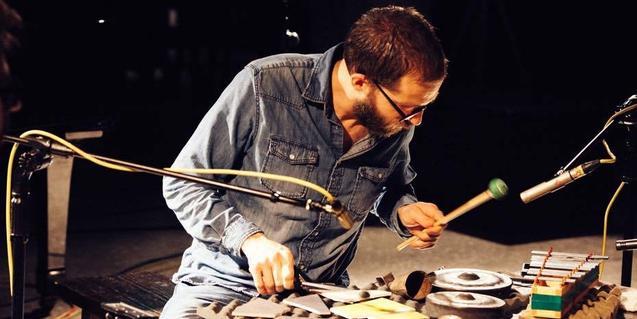 Retrato del percusionista en pleno concierto