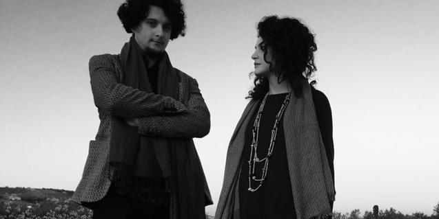El violinista portuguès João Silva y la cantante italiana Margherita Abita retratados en un paraje natural