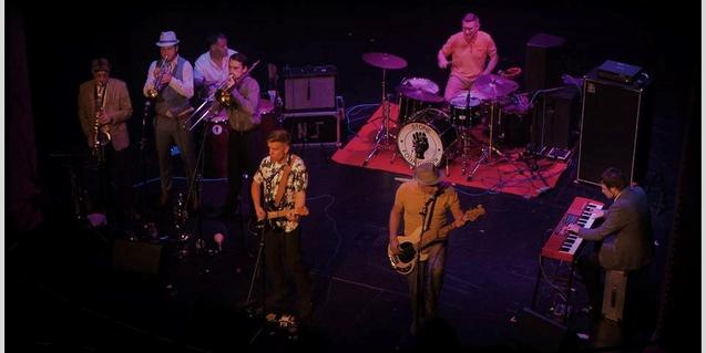 Fotografia de la banda en plena actuació captada des de dalt