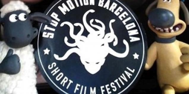 Dues figures danimació al voltant del logotip del Festival