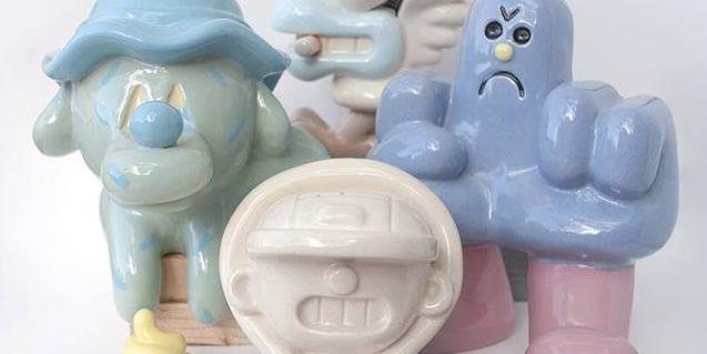 Un grupo de esculturas en cerámica que convierten en figuras los grafiti de GR170