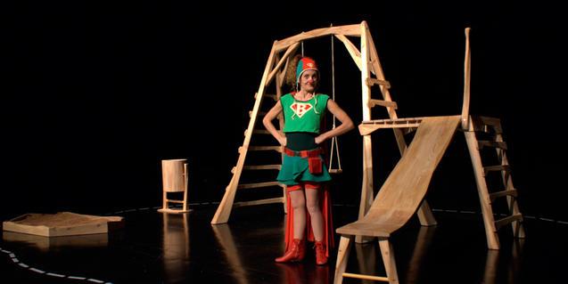 Fotografia de l'espectacle on es veu la Superbleda a dalt l'escenari