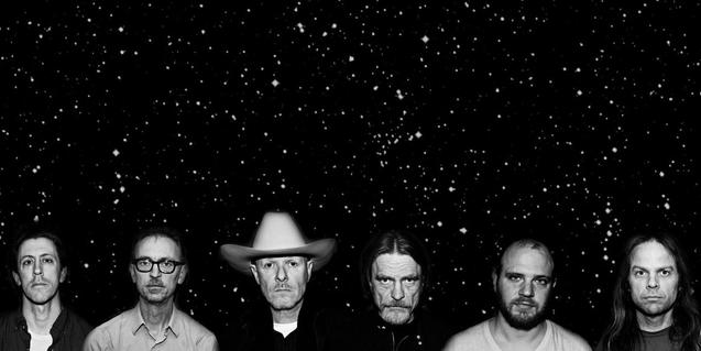 Los miembros de la banda retratados contra un cielo nocturno lleno de estrellas