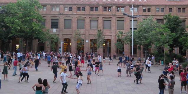 Vista de la plaça de la Sedeta amb tot de ballarins i ballarines de swing